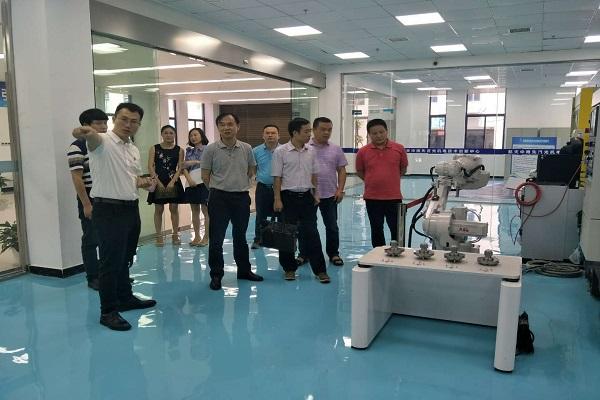 会上,高新区政务中心副主任叶朝阳介绍了高新区人工智能及机器人产业图片
